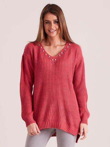 Różowy sweter z perełkami