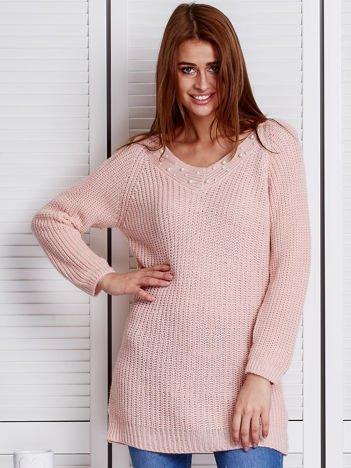 Różowy sweter z perełkami przy dekolcie
