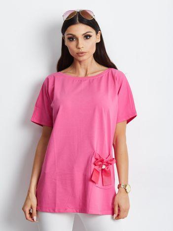 Różowy t-shirt z kokardą na kieszeni