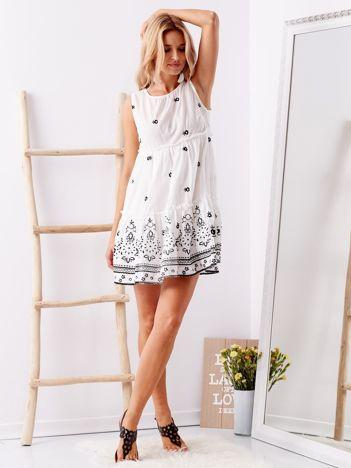 SCANDEZZA Biała haftowana sukienka z falbaną
