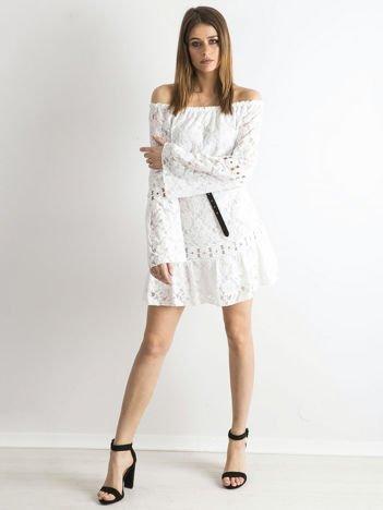 SCANDEZZA Biała sukienka z hiszpańskim dekoltem