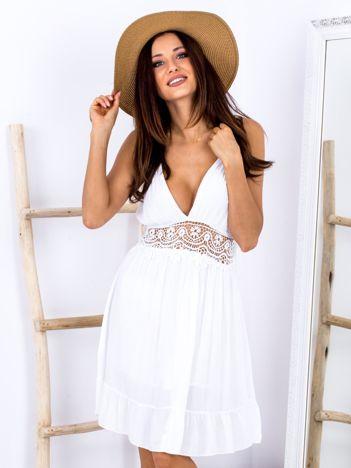 SCANDEZZA Biała sukienka z ozdobnym dekoltem z tyłu