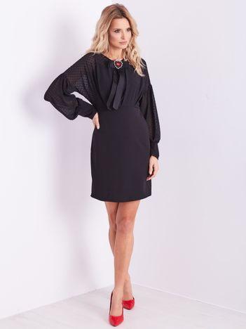SCANDEZZA Czarna sukienka z ozdobną broszką
