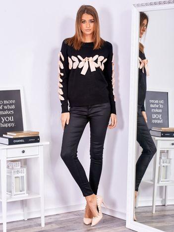 SCANDEZZA Czarny sweter z ozdobną wstążką