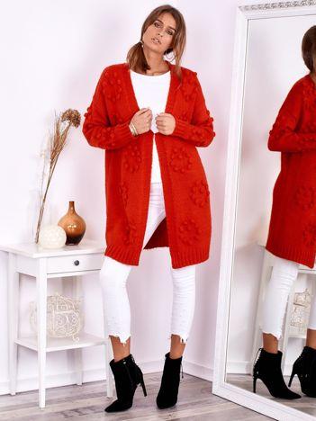 SCANDEZZA Czerwony otwarty sweter z pomponikami i wełną