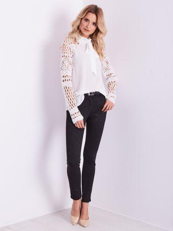SCANDEZZA Elegancka biała bluzka z wiązaniem i ażurowaniem