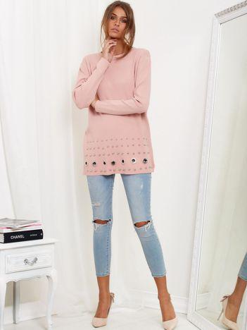 SCANDEZZA Jasnoróżowy luźny sweter z ozdobnymi ćwiekami