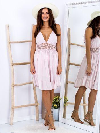 SCANDEZZA Różowa sukienka z ozdobnym dekoltem z tyłu