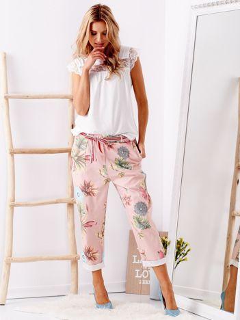 SCANDEZZA Różowe spodnie w kwiaty