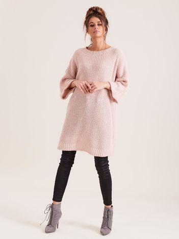SCANDEZZA Różowy długi sweter z dzianiny