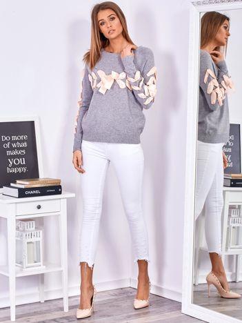SCANDEZZA Szary sweter z ozdobną wstążką