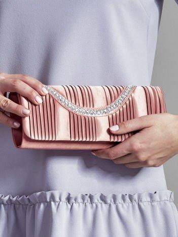 Satynowa plisowana kopertówka z dzetami różowa
