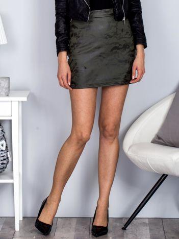 Spódnica mini ciemnozielona ze skóry ekologicznej we wzór moro