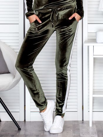 Spodnie dresowe aksamitne z jasnymi lampasami zielone