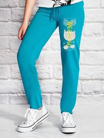 Spodnie dresowe dla dziewczynki z kotkami zielone