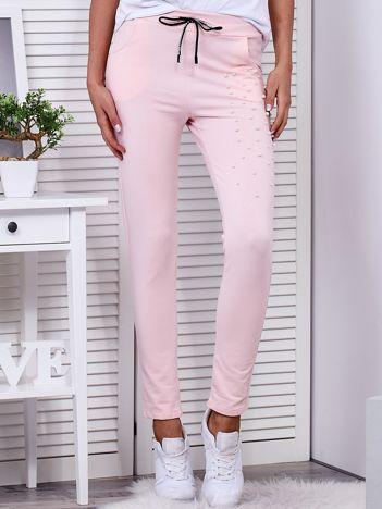 Spodnie dresowe jasnoróżowe z aplikacją z perełek