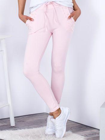 Spodnie dresowe jasnoróżowe z perełkami przy kieszeniach