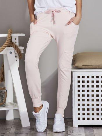 Spodnie dresowe z kieszeniami na nogawkach różowe