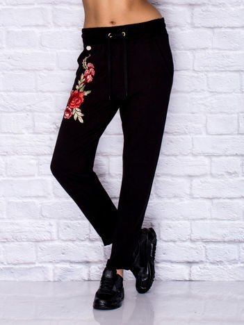 Spodnie dresowe z kwiatową naszywką czarne