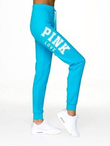 Spodnie dresowe z napisem PINK LOVE jasnoniebieskie
