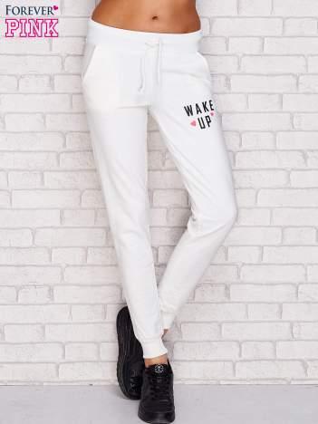 Spodnie dresowe z napisem WAKE UP ecru