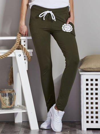 Spodnie dresowe z okrągłym znaczkiem khaki