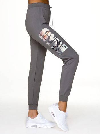 Spodnie dresowe ze sportowym nadrukiem ciemnoszare