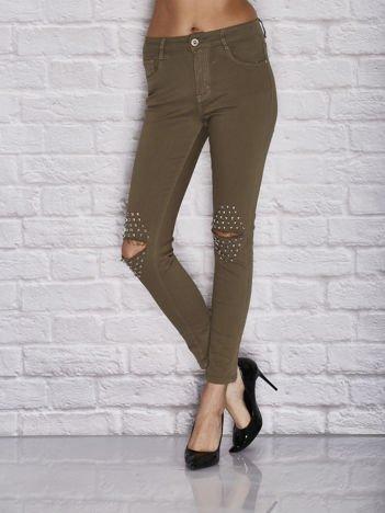 Spodnie skinny z dziurami i ćwiekami na kolanach khaki