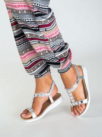 Srebrne metaliczne sandały z elastycznymi paskami na piętach i perłowymi kamyczkami