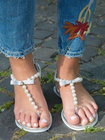 Srebrne sandały z ozdobnymi perełkami i kokardką z przodu buta