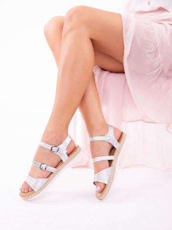 Srebrne sandały z tłoczoną, mieniącą się fakturą na białych podeszwach