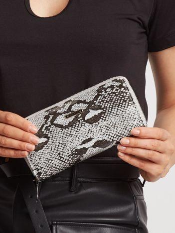 Srebrny skórzany portfel lakierowany