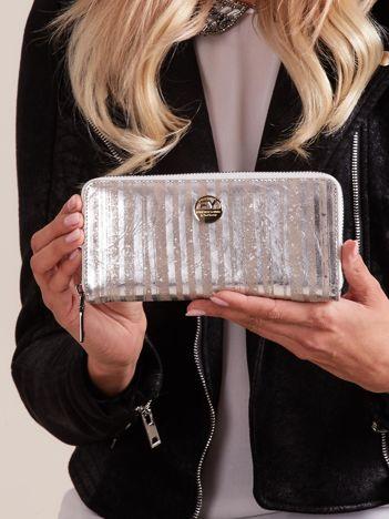 Srebrny skórzany portfel na suwak w paski