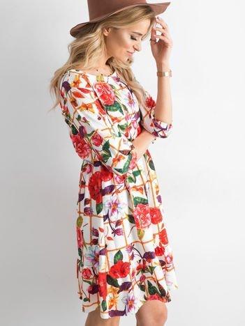 Sukienka biała w kolorowy kwiatowy wzór