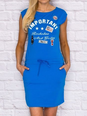 Sukienka dresowa z napisem i naszywkami niebieska