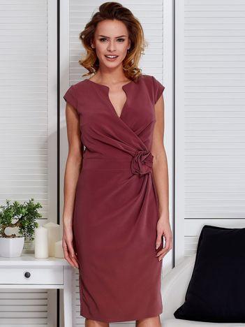 Sukienka fioletowa z drapowaniem i ozdobnym kwiatem