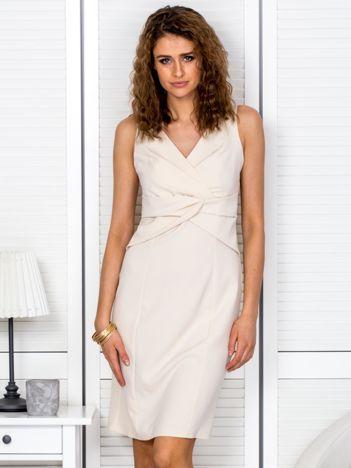 Sukienka jasnobeżowa z kopertowym dekoltem