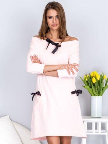 Sukienka jasnoróżowa z kokardkami