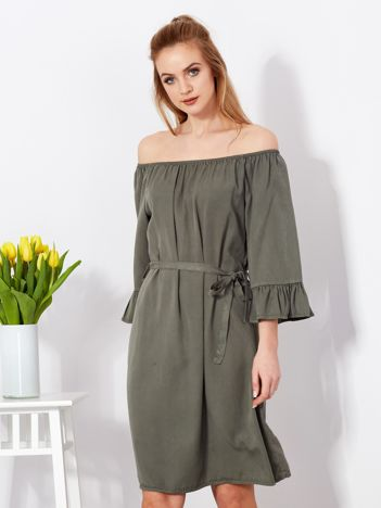 Sukienka khaki odsłaniająca ramiona z paskiem