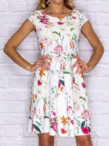 Sukienka koktajlowa we wzór kwiatów biała