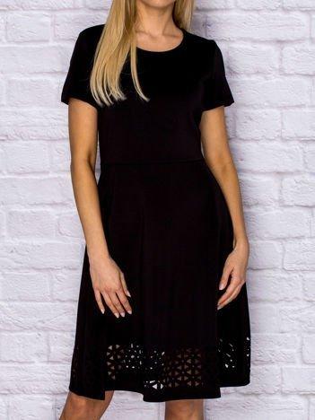Sukienka koktajlowa z ażurowym wykończeniem czarna
