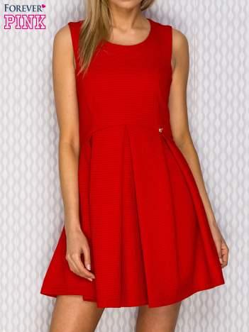Sukienka koktajlowa z błyszczącą nitką czerwona