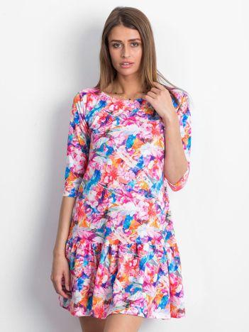 Sukienka w kolorowe wzory z szeroką falbaną