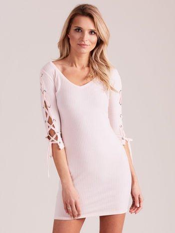Sukienka w szeroki prążek z rękawami lace up jasnoróżowa