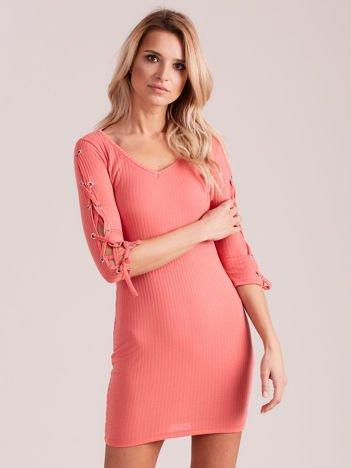 Sukienka w szeroki prążek z rękawami lace up koralowa