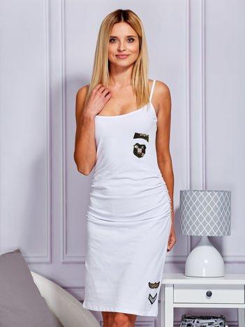 dcf2d772eb Sukienka z drapowaniem i militarnymi naszywkami biała