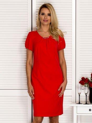 Sukienka z ozdobnym dekoltem czerwona