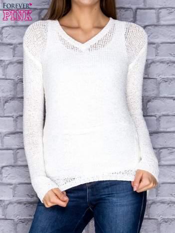 Sweter damski ecru o szerokim splocie