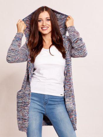 Sweter z kolorowej włóczki z kapturem