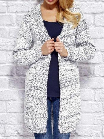Sweter z melanżowym wzorem biało-granatowy